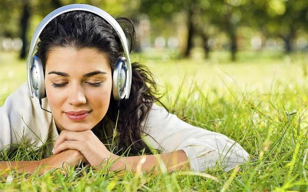 Girl-relaxing-on-the-Grass-with-Music-600x375-1